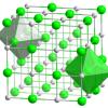 ¿Qué otros sólidos iónicos tienen estructura de sal gema?