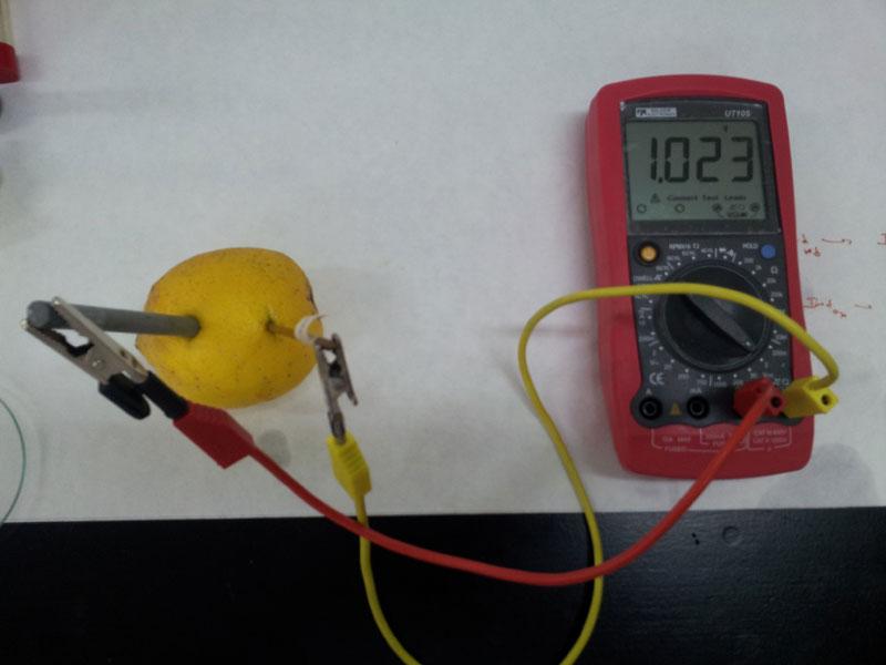 Fabricación de una pila Daniell (electrodos de cobre y de zinc) con un limón