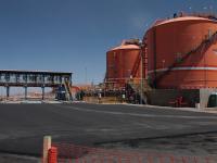 Grandes tanques de ácido sulfúrico en una instalación industrial en Chile