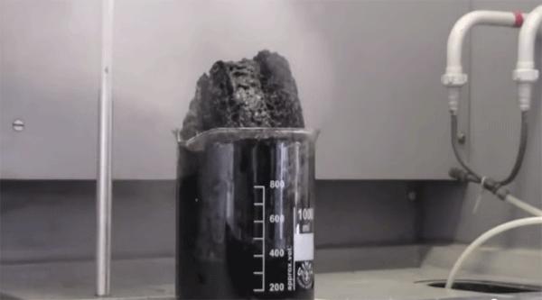 Carbón producido por deshidratación de la sacarosa