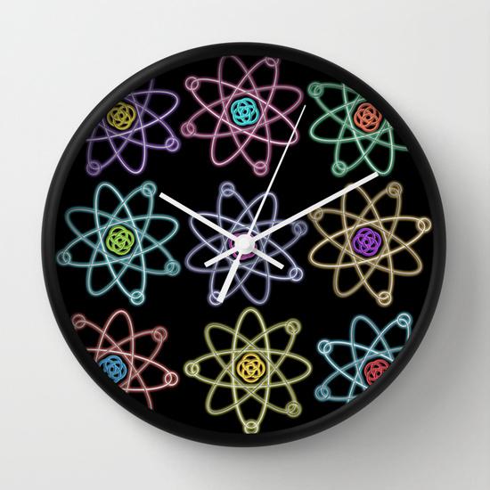 Reloj de pared con átomos pop