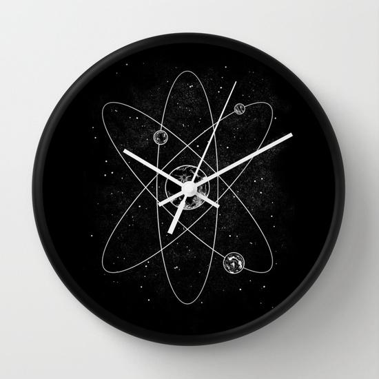 Reloj de pared blanco y negro con átomo