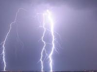 Rayo tormenta del cielo a la Tierra