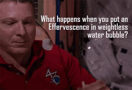 Disolución de una pastilla efervescente en el espacio