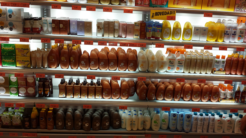 Protectores solares en un supermercado